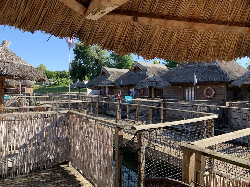 Vanaf ons terras kijken we naar de andere hutjes.