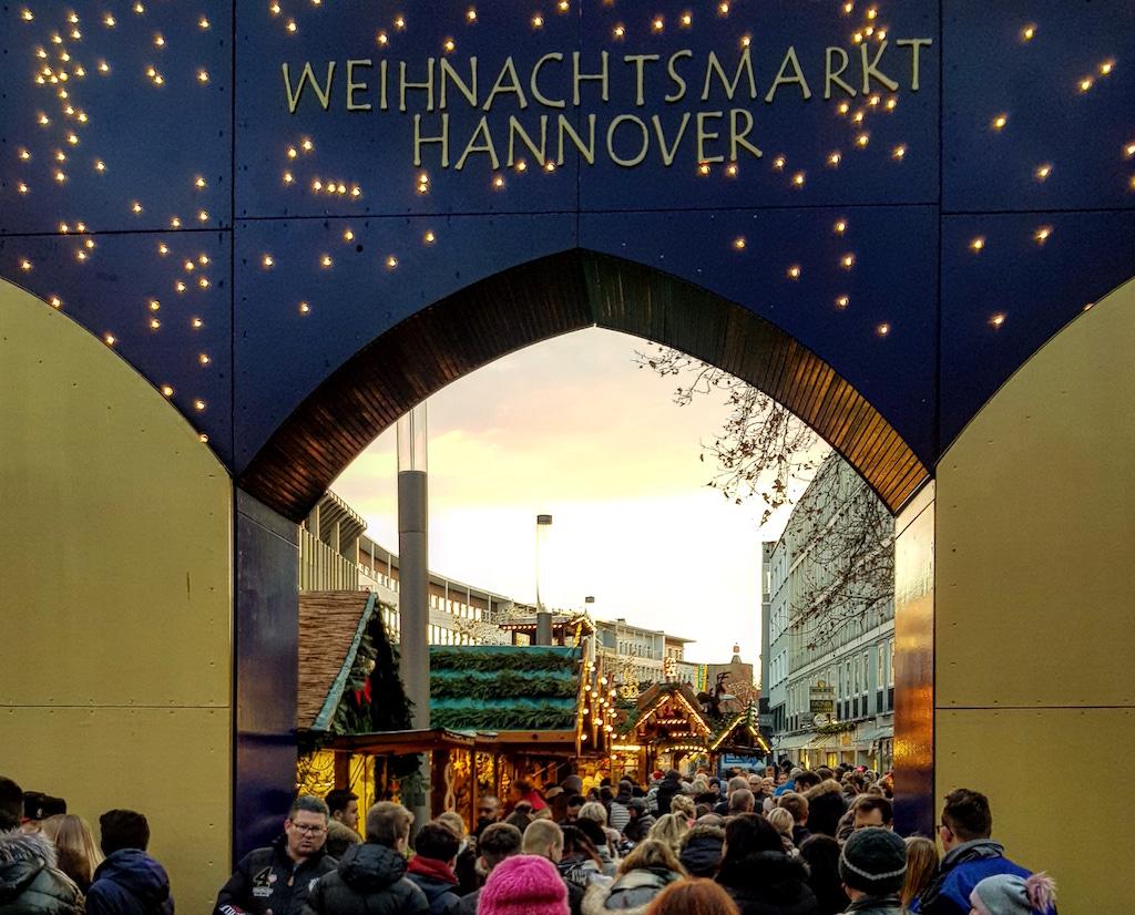 De grote toegangspoort van de kerstmarkt Hannover