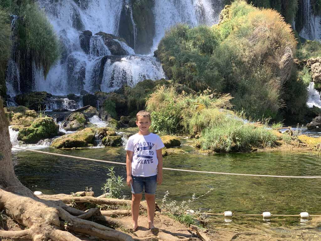 Net als veel andere toeristen maken we een foto bij de Kravica waterval.
