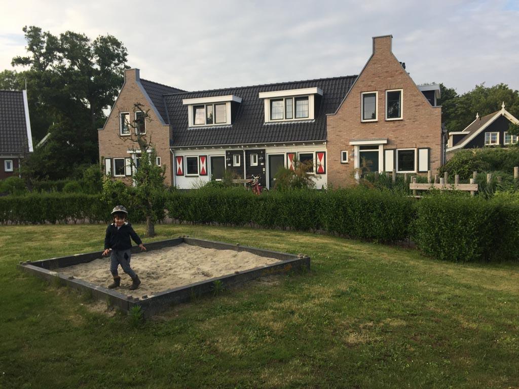 Spelen op het pleintje voor het huisje op Landal Resort Haamstede