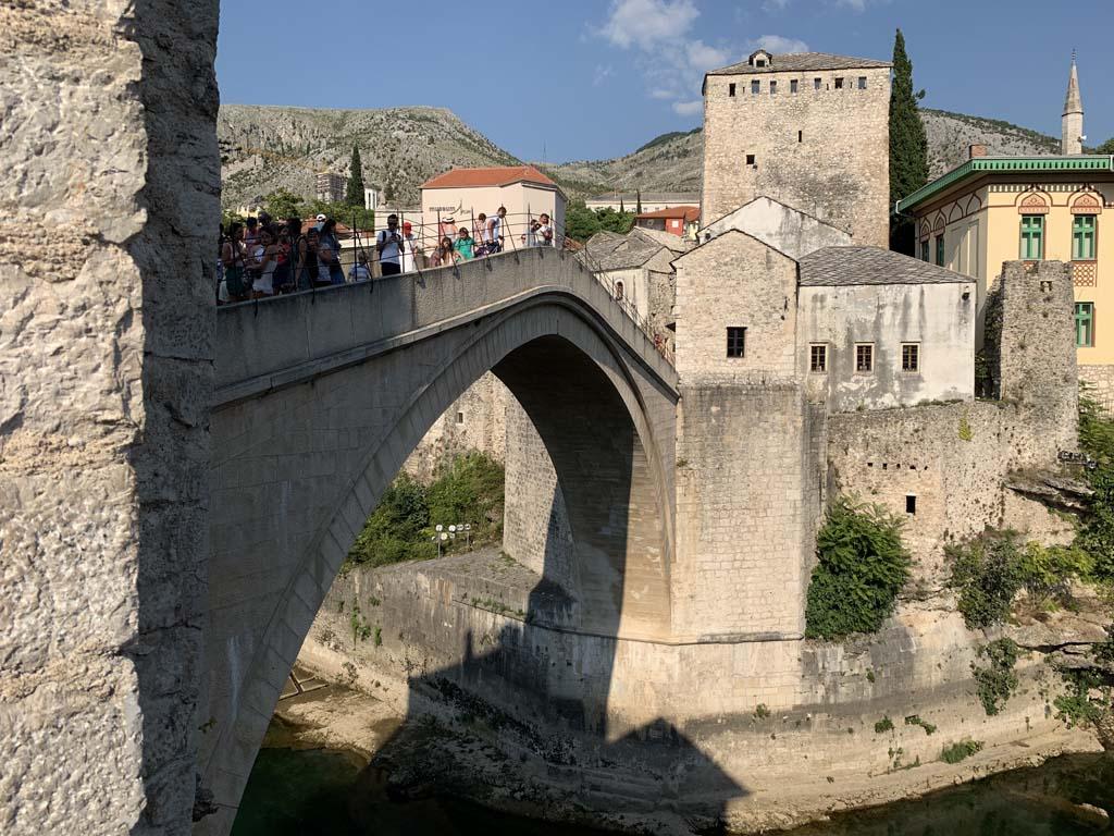 De beroemde brug in Mostar. Met een beetje geluk zie je hier duikers vanaf springen.