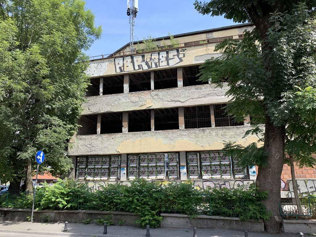 De sporen van de oorlog zijn goed te zien in Sarajevo. Leegstaande gebouwen, kogelgaten en de Red roses.