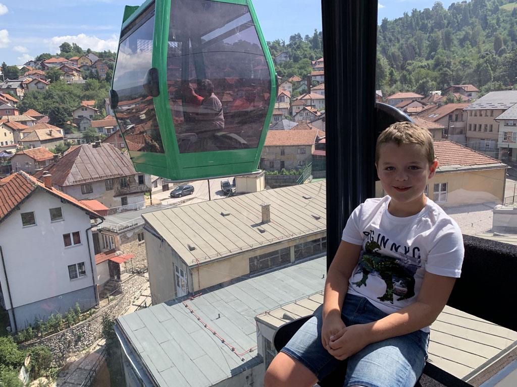 Met de kabelbaan omhoog, direct vanuit het centrum van Sarajevo.