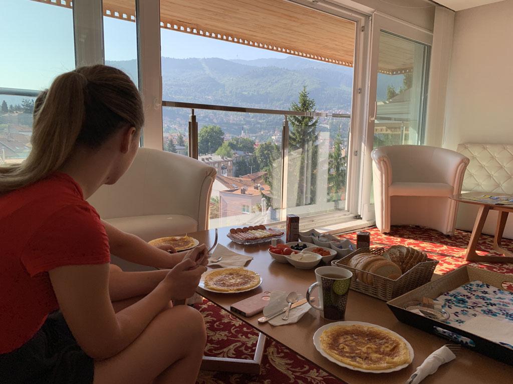 Ontbijt met uitzicht over de stad.