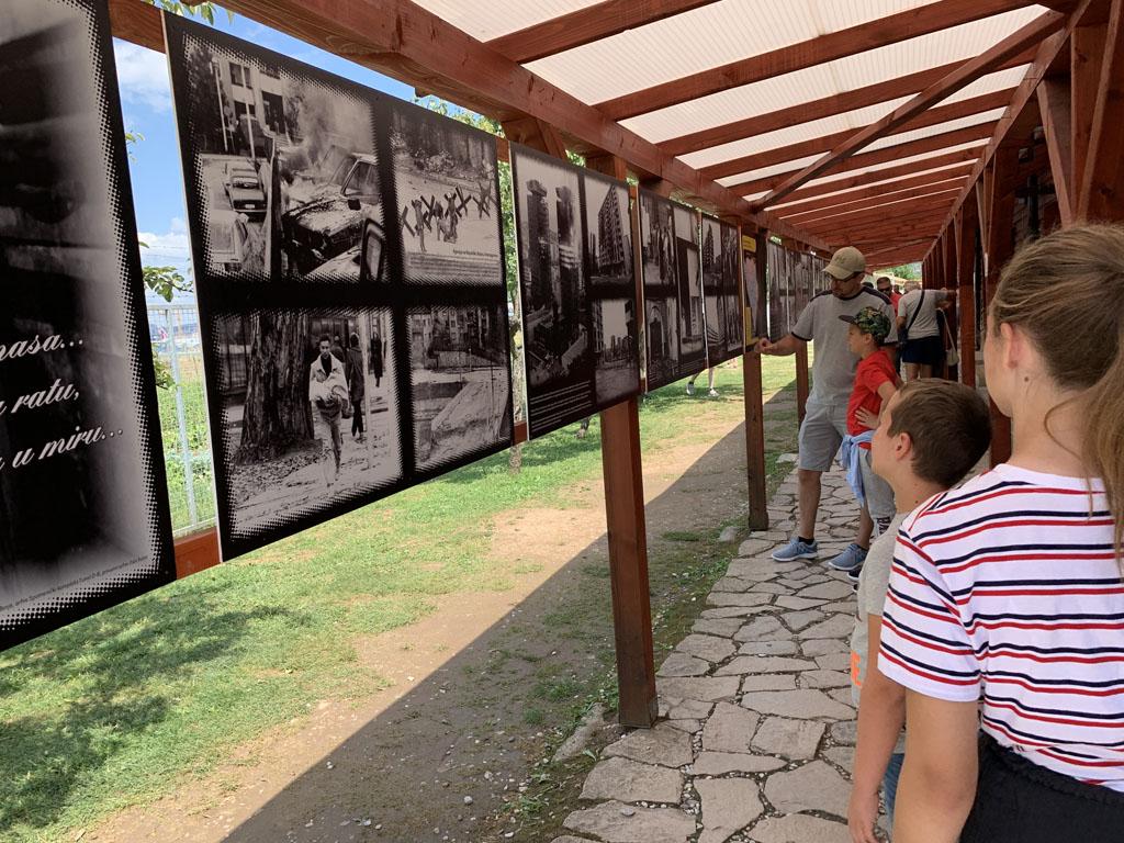 Buiten hangen foto's van Sarajevo in oorlogstijd en van de tunnel.
