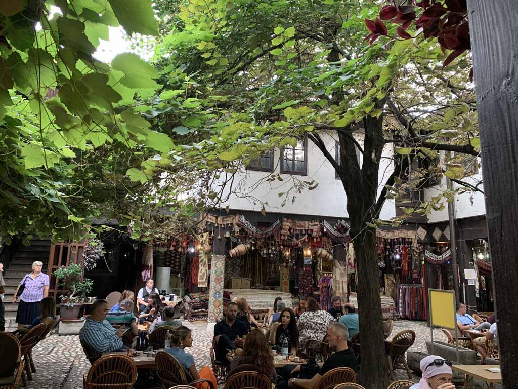 Eten in een binnenplaats in het Oosterse gedeelte van Sarajevo.