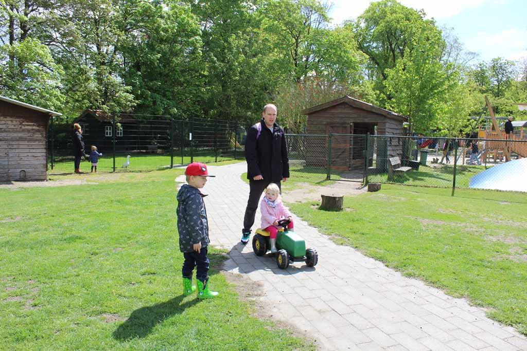 Op de tractor door de kinderboerderij