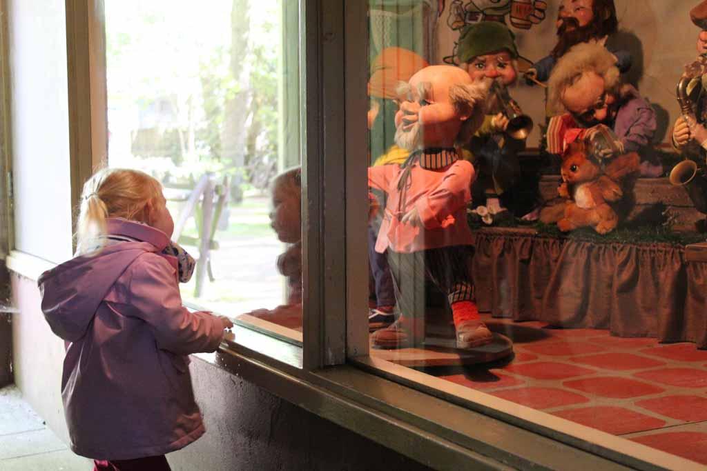 De liedjes, lampjes en bewegende poppen biologeren de kinderen