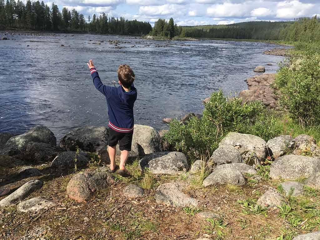 Pauzeren tijdens een lang rit doe je niet bij een saai tankstation, maar bij een rivier waar je kunt 'steentjes keilen'.