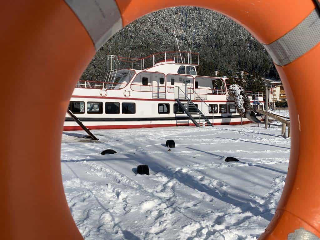 Naast de ijsbaan is een hele toffe speeltuin. Mét boot om op te spelen!