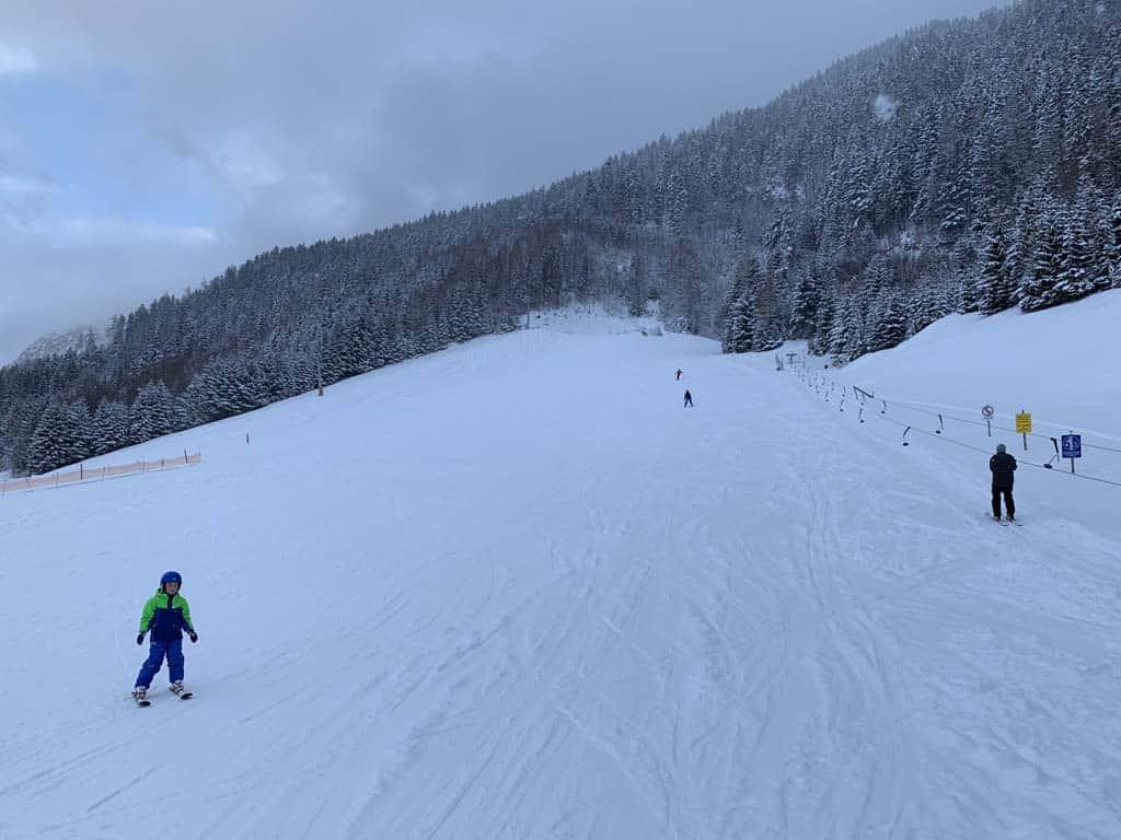 In het dal zijn drie blauwe pistes te vinden.
