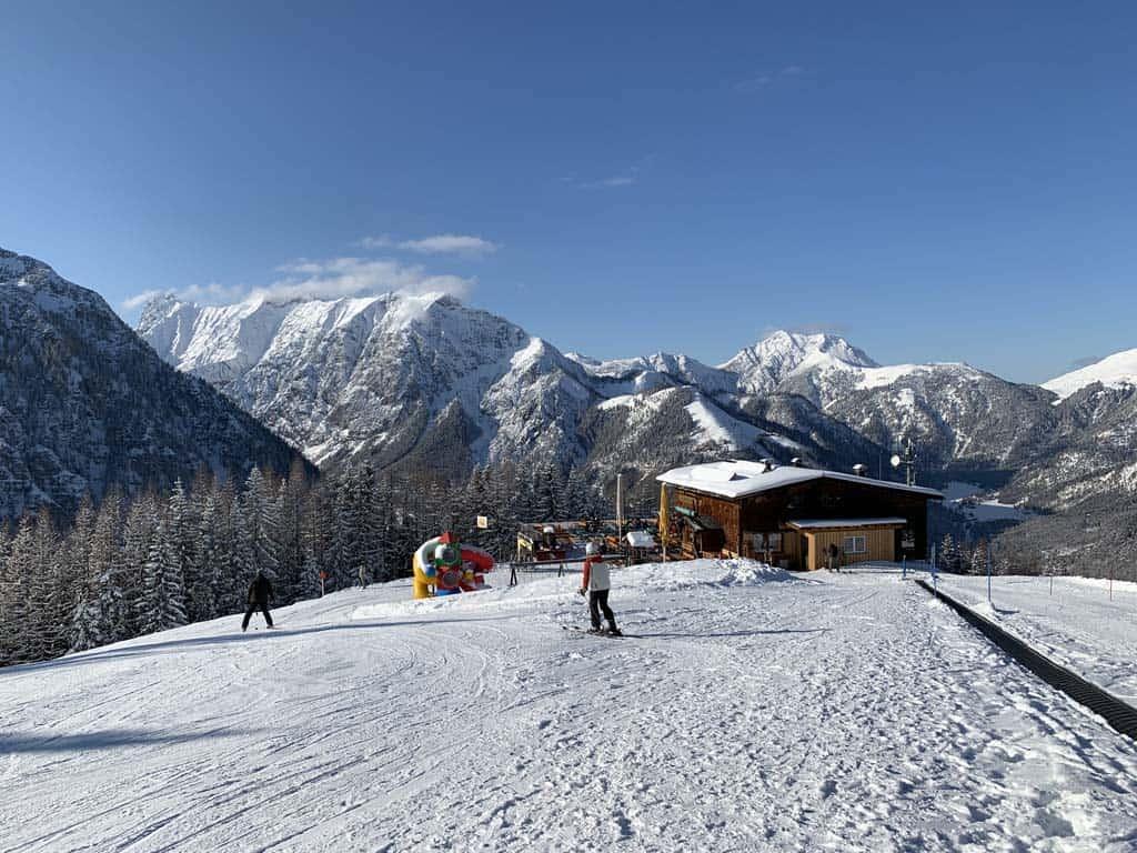 Bovenop de berg is een oefenweide voor kinderen en een restaurant met speeltuintje.