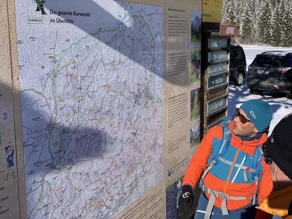 Eerste uitleg van de gids over het Karwendelgebied.