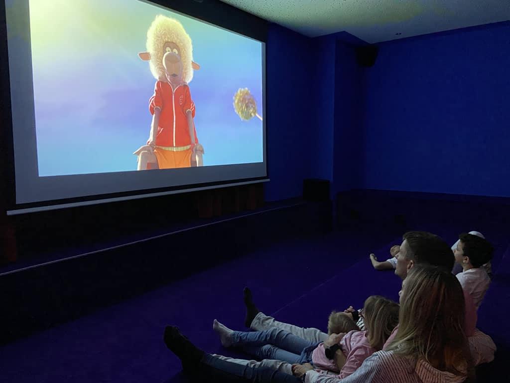 In de bioscoop wordt elke avond een leuke film gedraaid of is er een minidisco.
