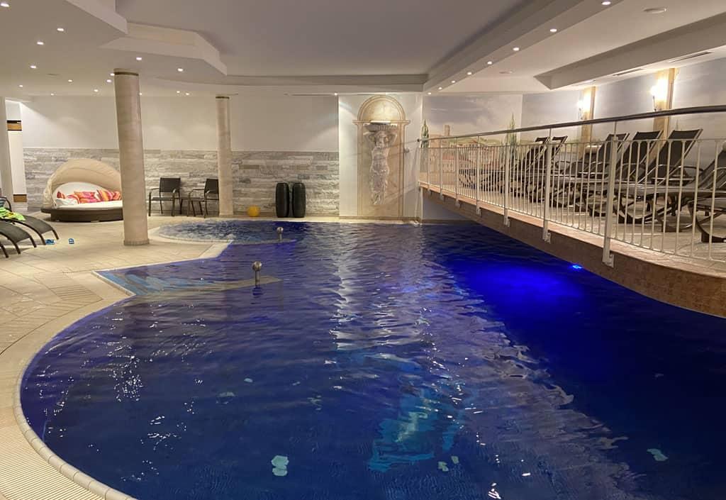 En nog een zwembad met heerlijke ligbedjes er omheen.