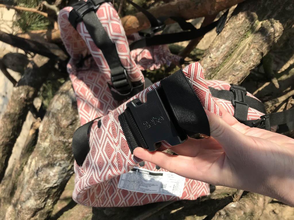 De tailleband van de Neko Switch heeft een extra veiligheids elastiek, zo kan de draagzak nooit helemaal openschieten.
