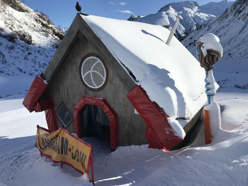 De kleintjes skiën letterlijk door het heksenhuis.