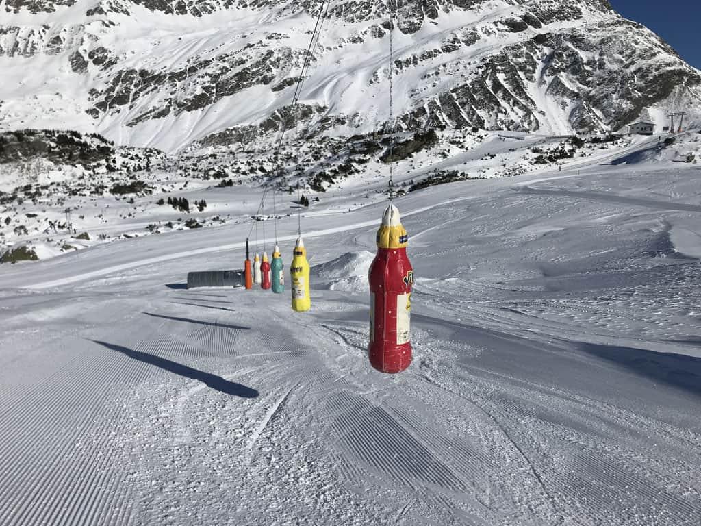 Via een salom naar beneden skiën.