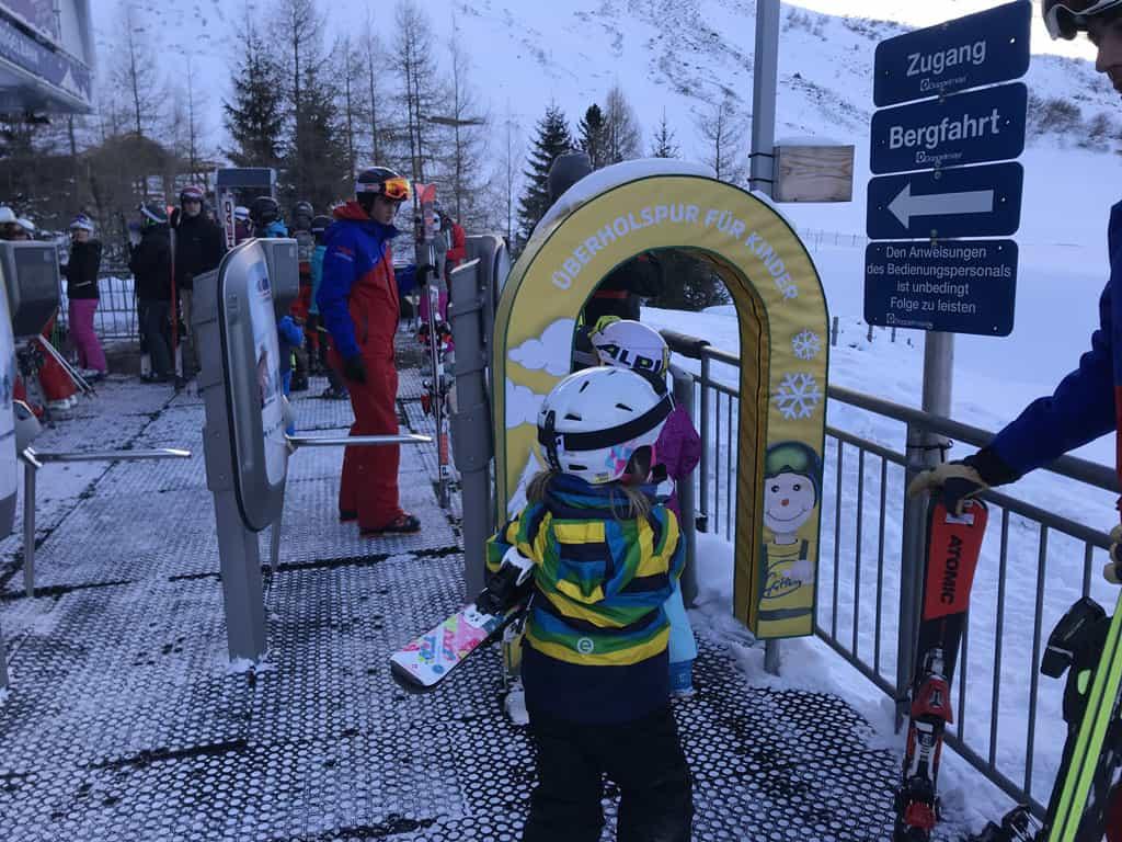 Een speciale doorgang voor de kinderen bij de skilift.