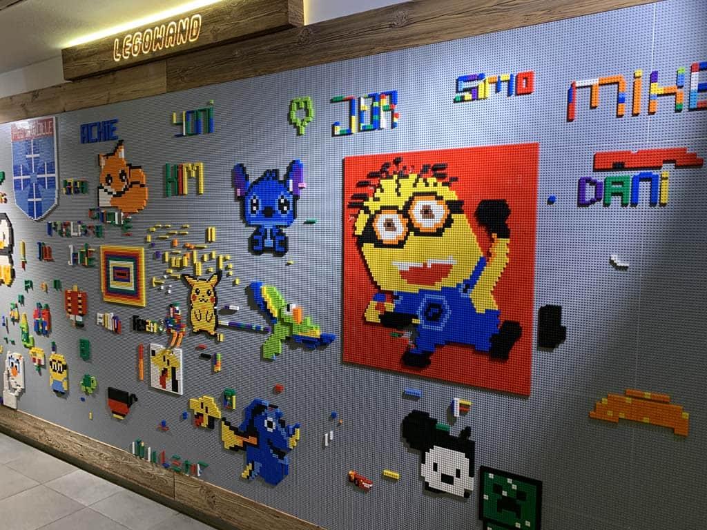 Gaaf, een wand vol met LEGO.