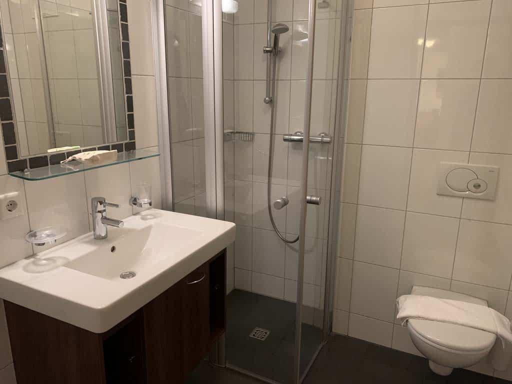 Een van de badkamers. De andere badkamer heeft een ligbad.