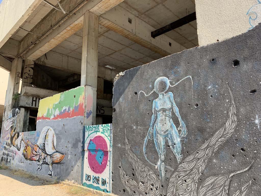 Street art op het beschadigde gebouw.