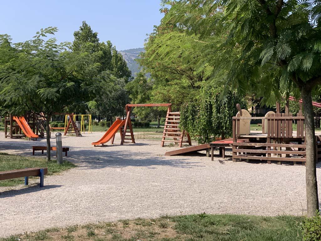 Dit park ligt tegenover Sniper Tower.