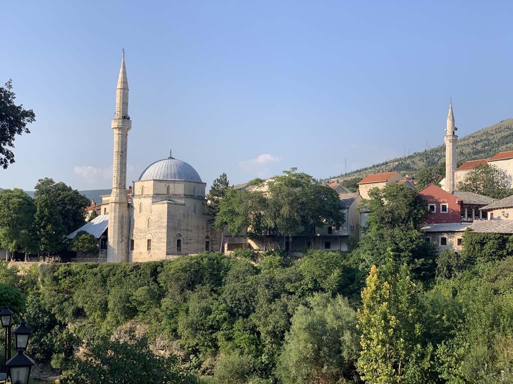 De moskee is niet over het hoofd te zien.