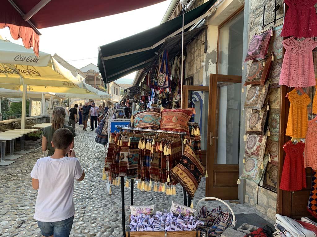 De toeristische winkeltjes in het oude centrum van Mostar.