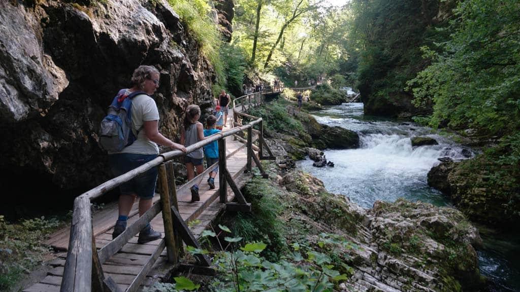 Wandelen door de Vintgarkloof, vlakbij het meer van Bled.
