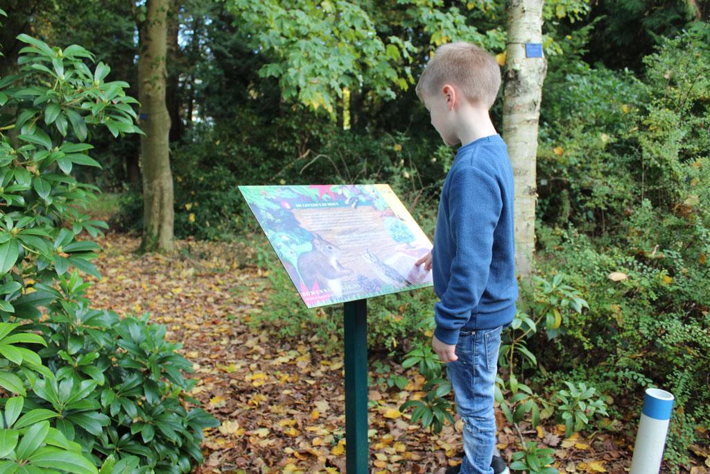 De borden langs de route zijn duidelijk voor kinderen. Na een korte uitleg, wordt naar een opdracht in het doeboek verwezen.