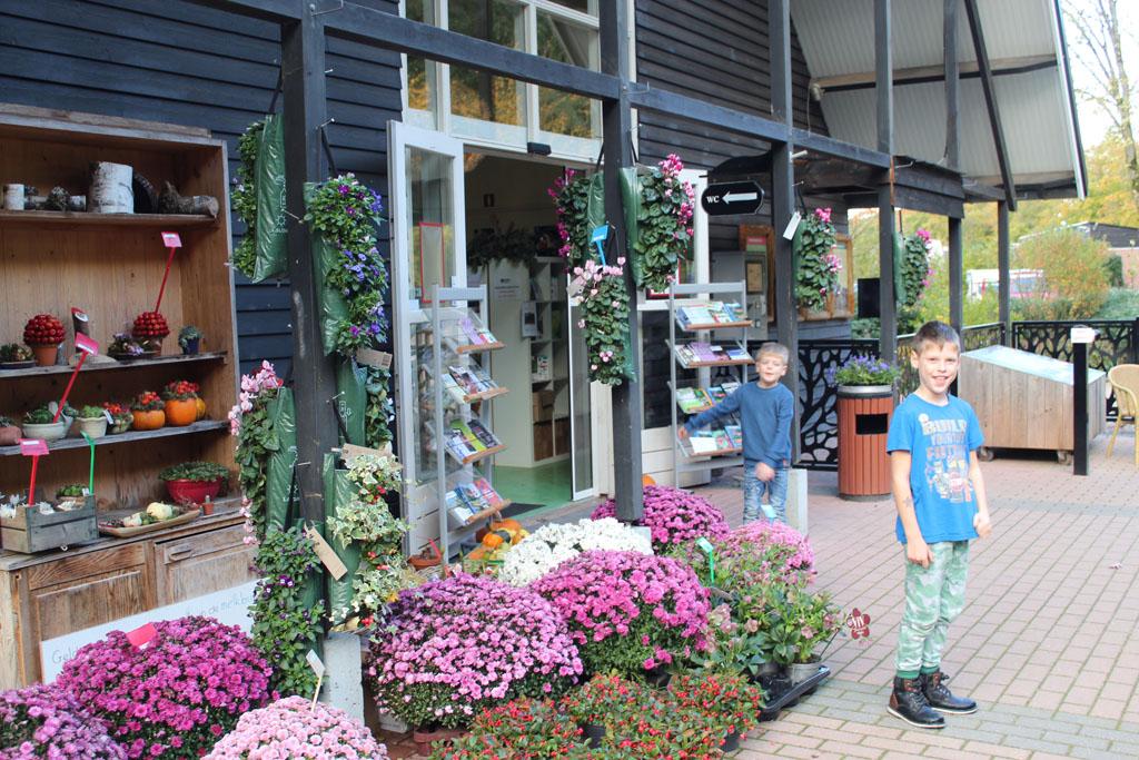 Het entreegebouw, waar je de ontdekkoffers kunt ophalen, wat te drinken kunt kopen en waar bloemen en planten verkocht worden.