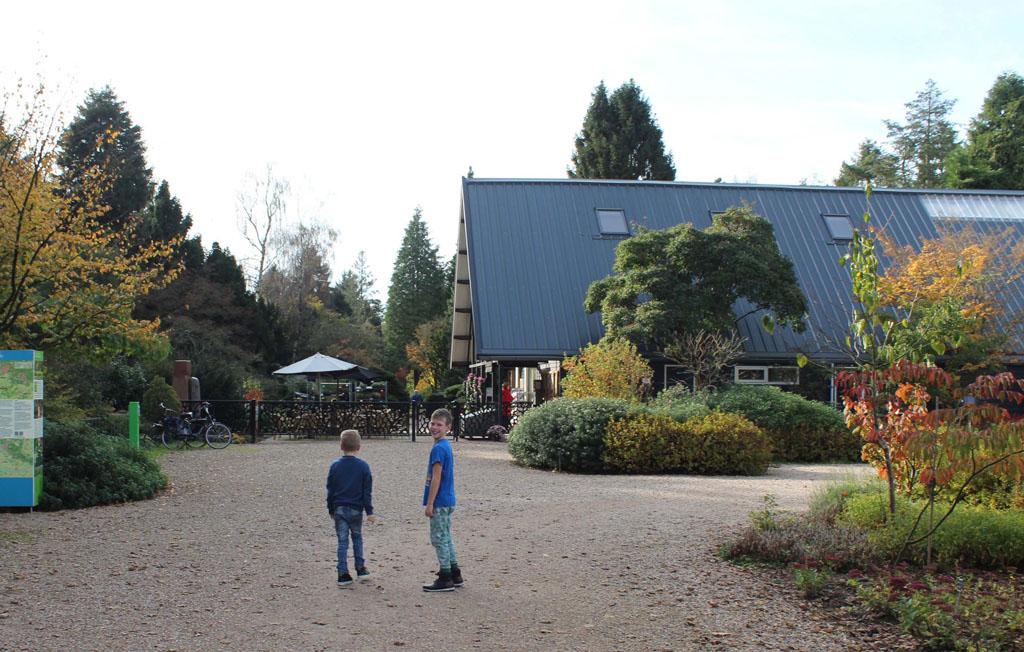 Vanaf de parkeerplaats aan de TOP Velperengh in Doorn lopen we naar de ingang van het Bomenmuseum.