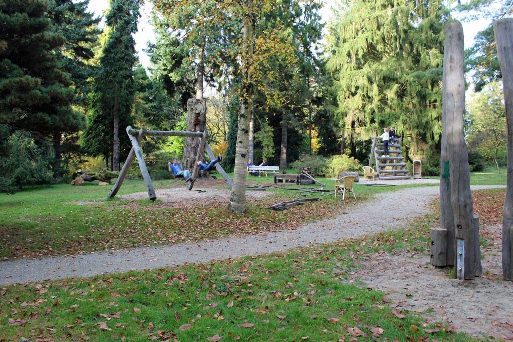 Naast de boomhut van Max is een speeltuin aangelegd met natuurlijke materialen.
