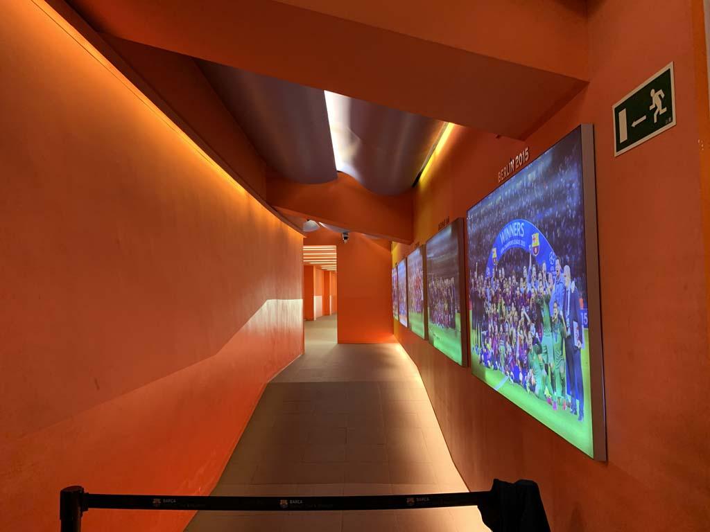Deze gang leidt naar de kleedkamer van FC Barcelona zelf.