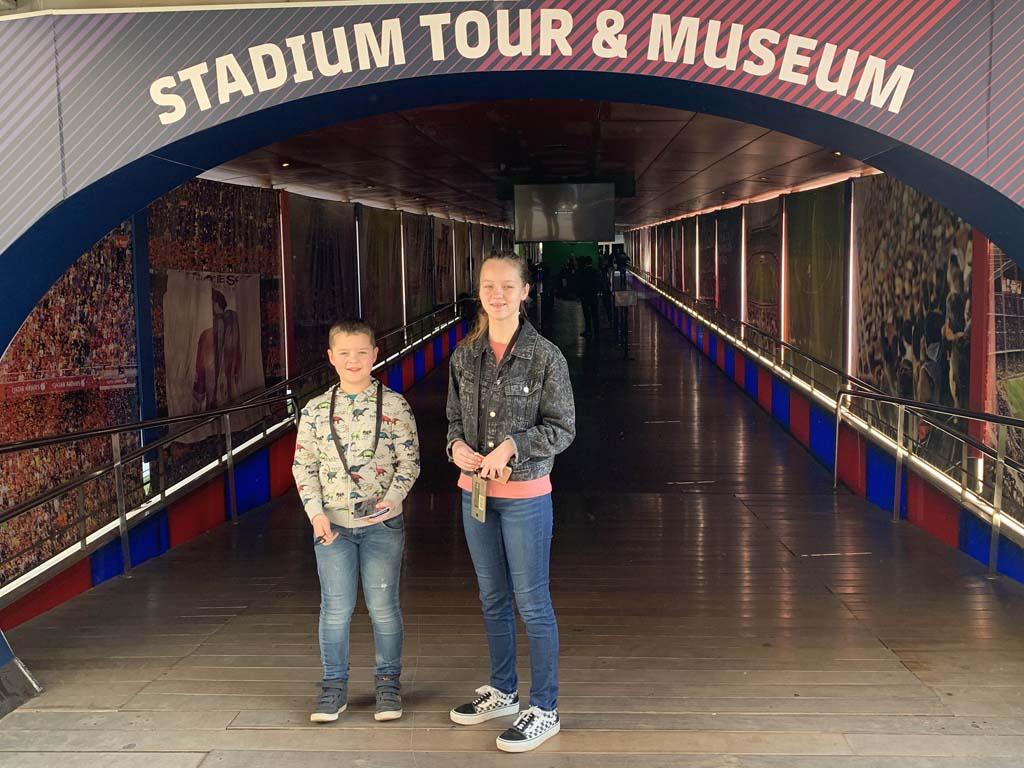 Klaar voor de stadiontour door Camp Nou en het FC Barcelona Museum.