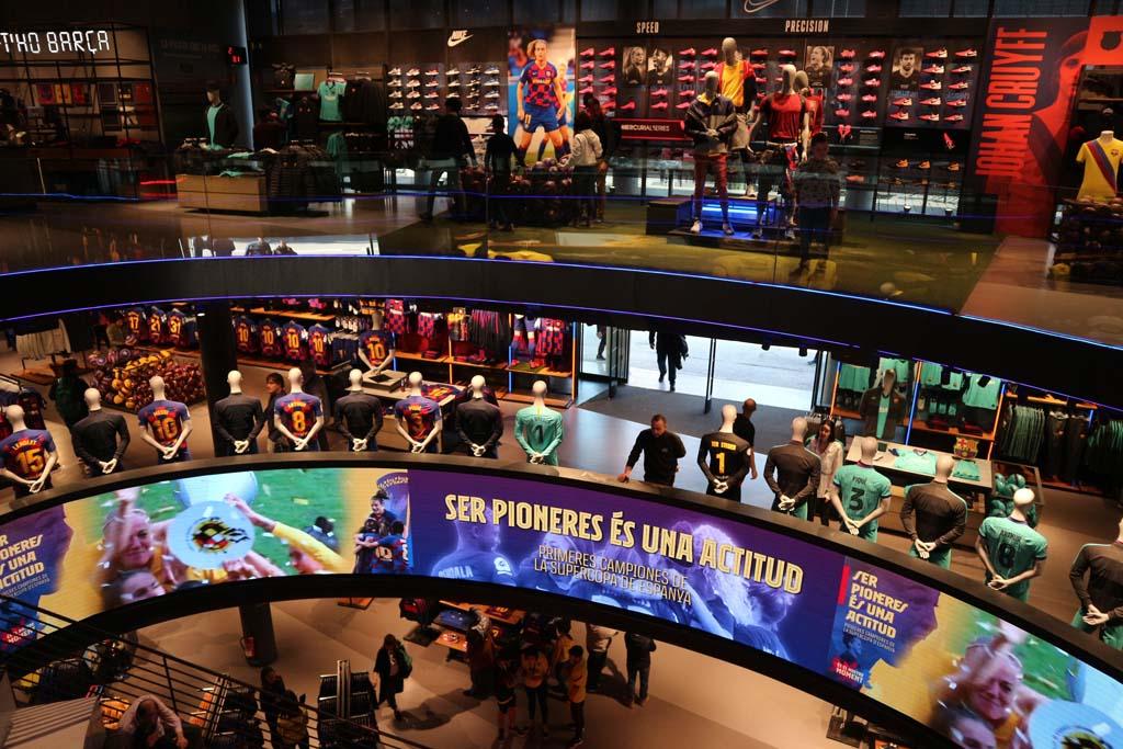 Drie verdiepingen vol met voetbalshirtjes en andere FC Barcelona spullen.