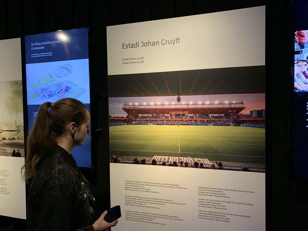 Informatie over het Estadi Johan Cruyff tijdens de tour door Camp Nou.