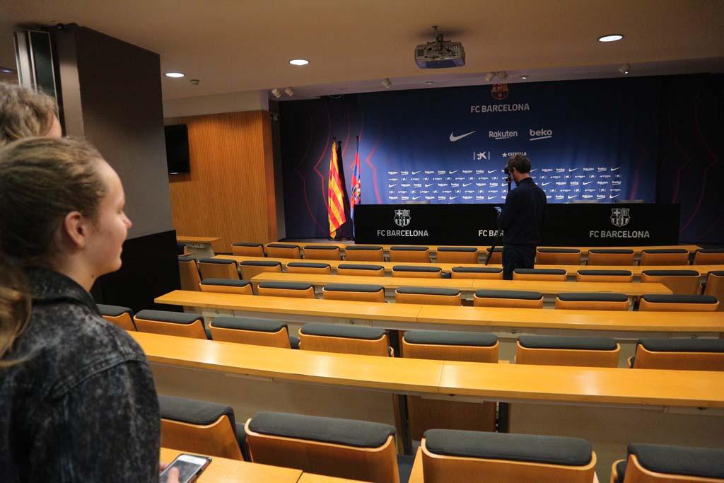We lopen door de ruimte waar de persconferenties worden gegeven.