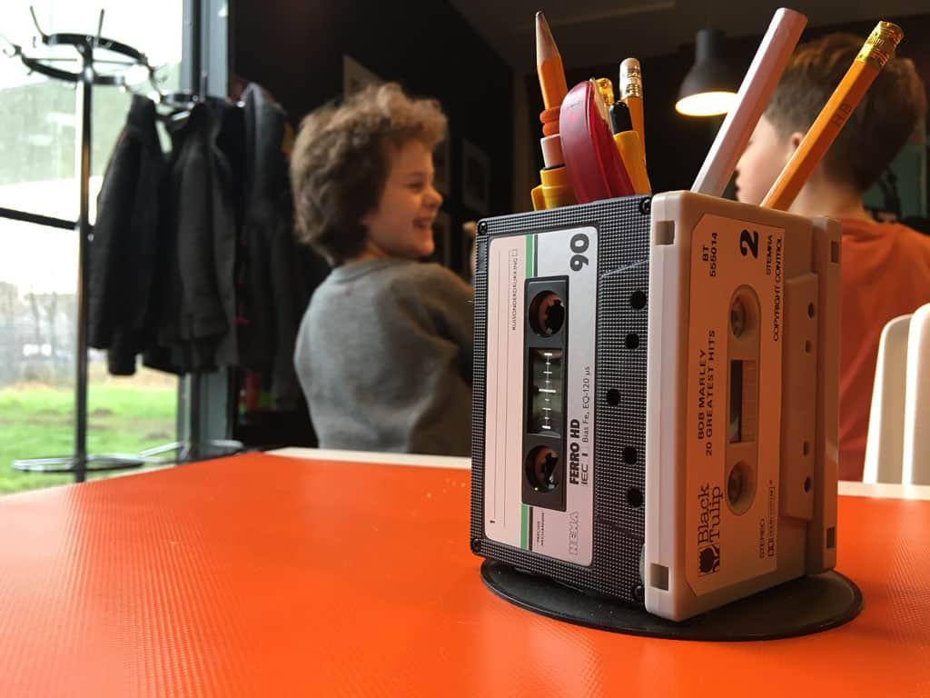 Het thema 'Radio Vrijstaat' is tot in detail uitgewerkt in het hele gebouw. Al zal lang niet ieder kind nog weten waar dit pennenbakje van gemaakt is...