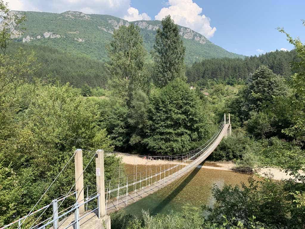 De bergen en de Neretva rivier in de buurt van Herzegovina Lodges.