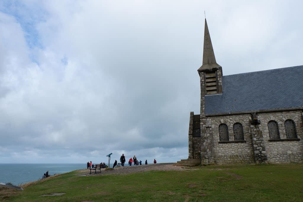 Het kerkje bovenop het klif in Etretat