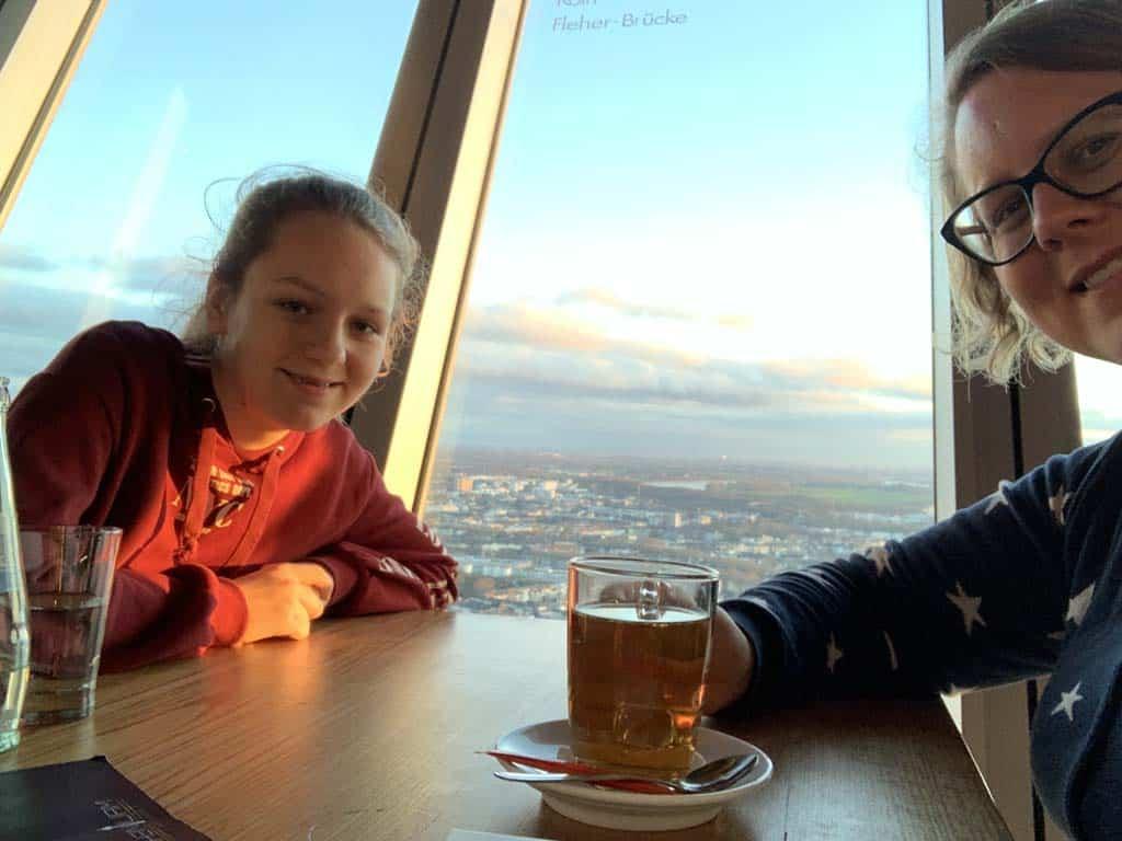 In de Rheinturm kun je terecht voor een hapje en drankje mét uitzicht.