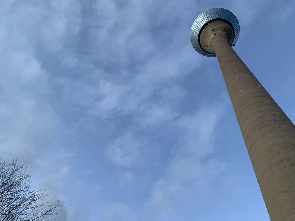 De Rheinturm, je kunt 'm niet missen.
