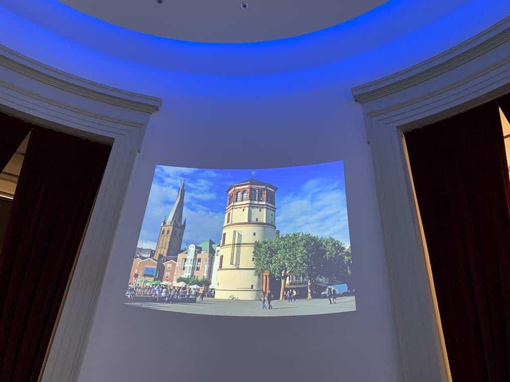 We beginnen het bezoek aan het Schiffartmuseum met een filmpje waarin we ook het gebouw van het museum voorbij zien komen.