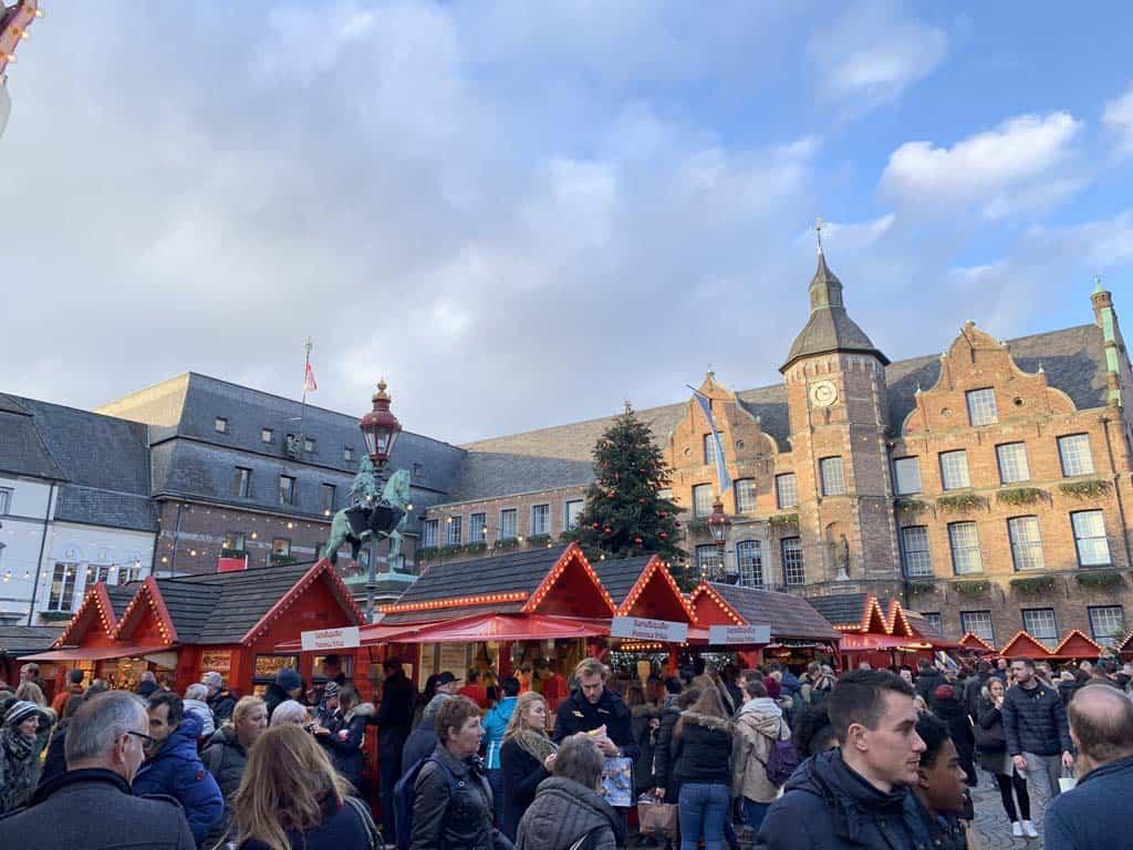 De Altstadt van Düsseldorf ligt in december wat verstopt achter de kerstmarkten.