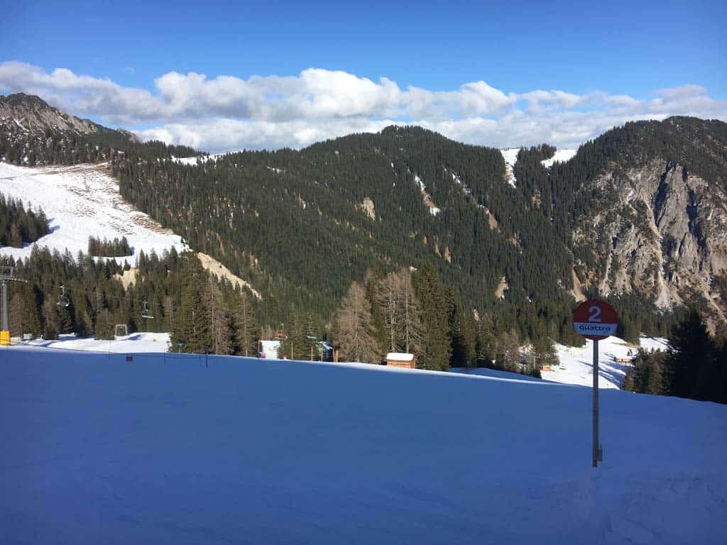 Dankzij de sneeuwkanonnen zijn de pistes op de berg voorzien van voldoende sneeuw.