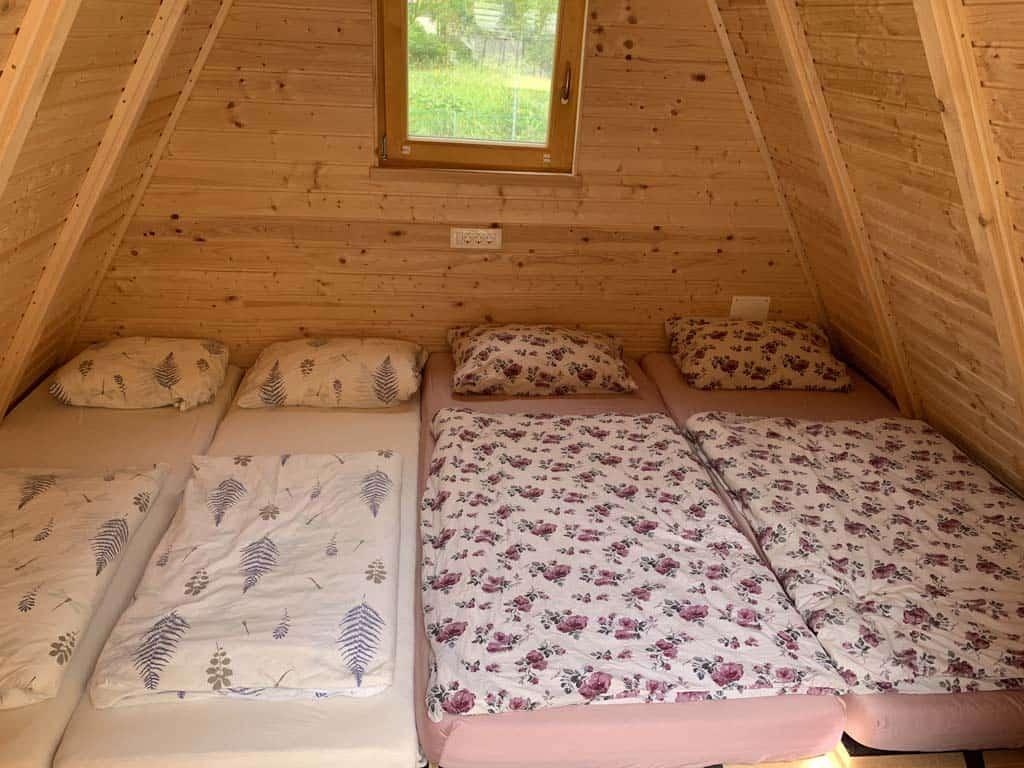 In onze hut liggen vier matrassen. Geschikt voor 2 volwassenen en 2 kinderen.