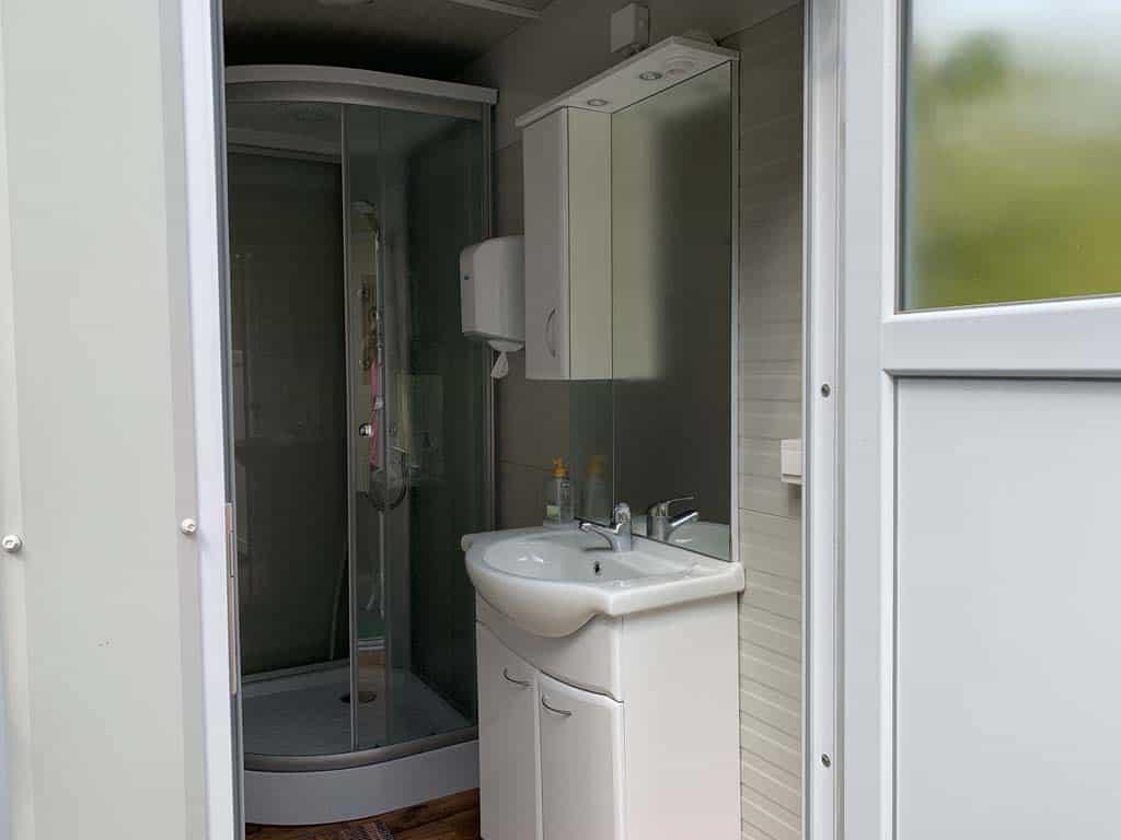 Het nieuwe sanitair is eigenlijk een privé badkamer.