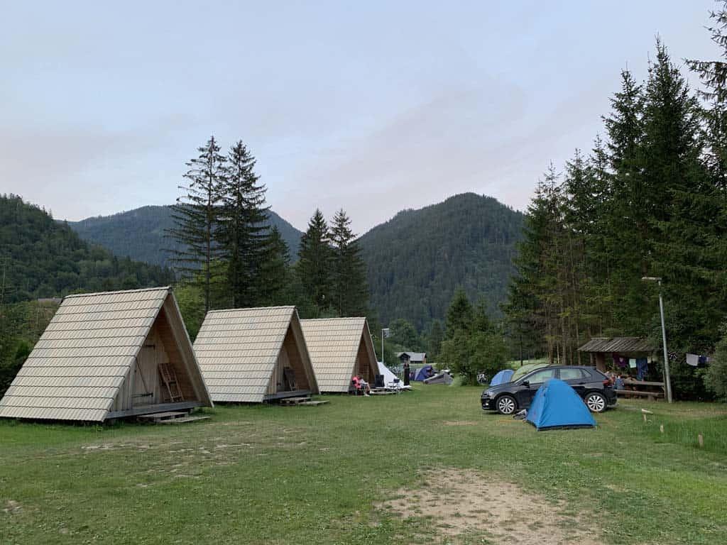 De drie houten hutjes op een rij.